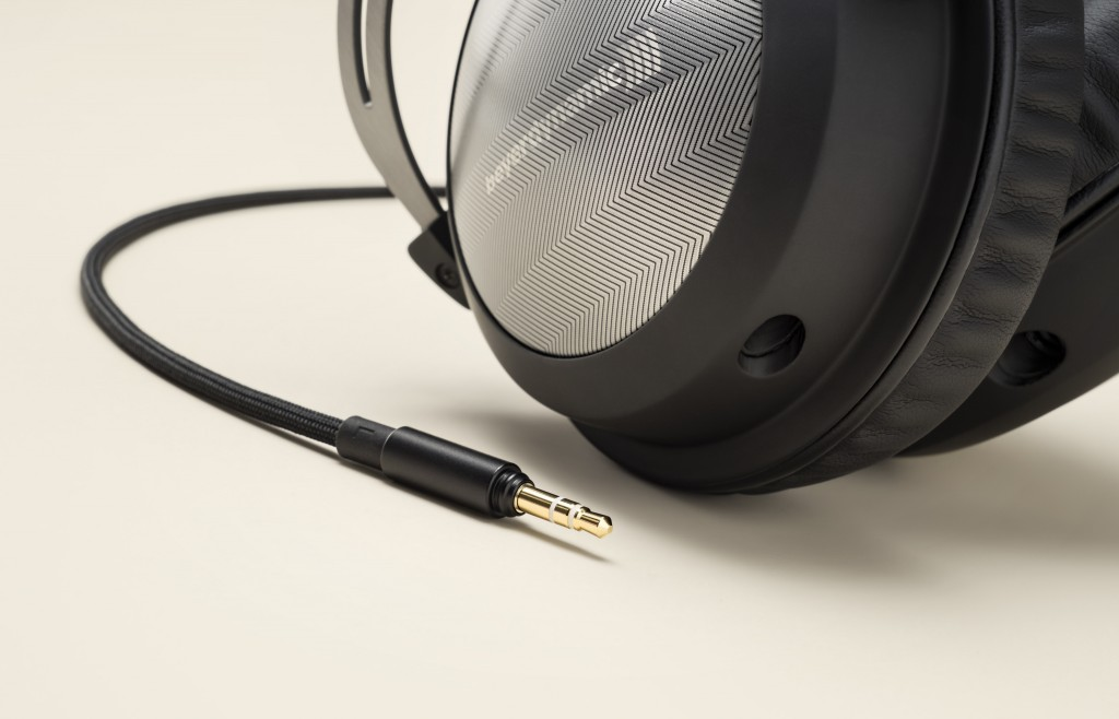 t_5_p_2nd_p_close-up-cable-with-headphone_v1
